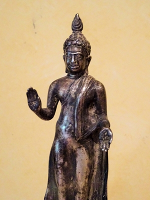 Standing silvered bronze of Buddha in the Anuradhapura traition (Sri Lanka) H 20 cm high, 250 grm,18th -19th century. wearing monastic robe (utterasanga)